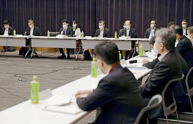 近畿3府県の緊急事態宣言解除に向け開かれた諮問委員会=21日午前、東京都千代田区