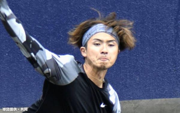 投球練習する日本ハムの上沢(21日、千葉県鎌ケ谷市)=球団提供・共同