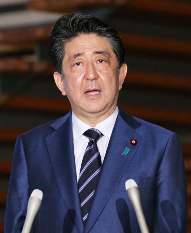 緊急事態宣言の一部解除について、記者の質問に答える安倍首相(21日、首相官邸)