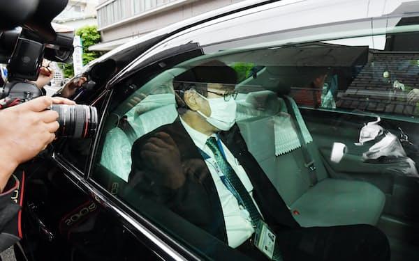自宅を出る東京高検の黒川弘務検事長(21日、東京都目黒区)