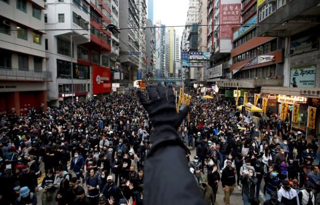 香港の民主派は大規模な街頭抗議を続けてきた(1月)=ロイター
