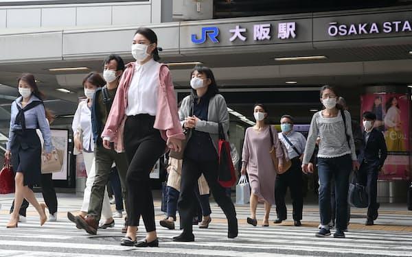 JR大阪駅前の横断歩道を行き交う人たち(21日、大阪市北区)