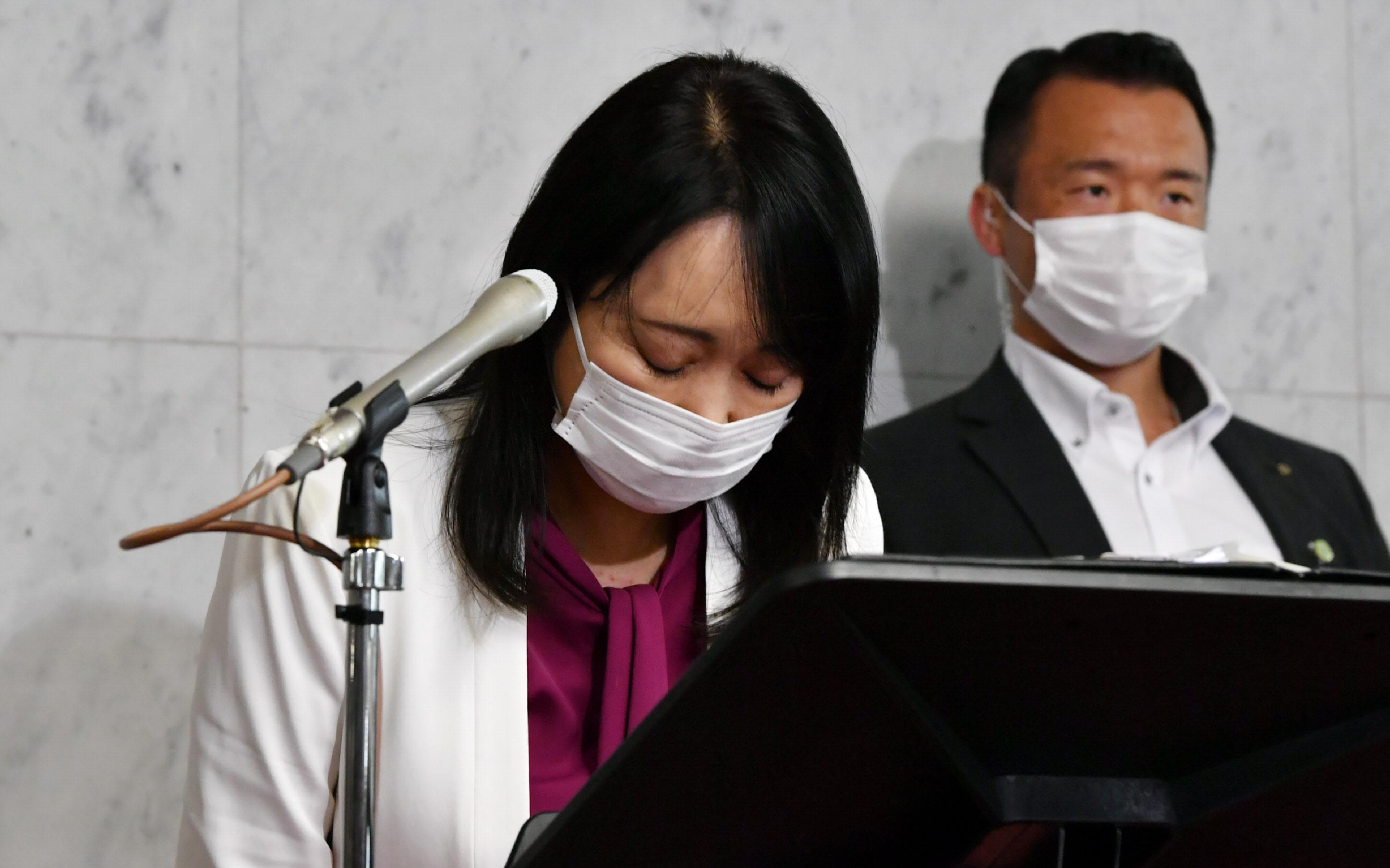 記者会見で東京高検の黒川検事長の不祥事について謝罪する森法相(22日午前、国会内)