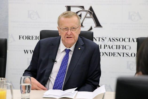 コーツ氏は開催可否の判断は10月が重要なタイミングになると表明した(2019年11月、シドニーで開いた記者会見)