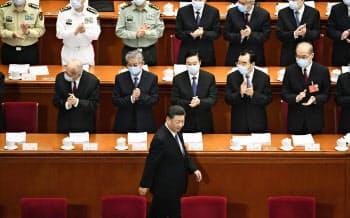 中国全人代の開幕式にマスクを着けずに臨む習近平国家主席(下)(22日、北京の人民大会堂)=共同