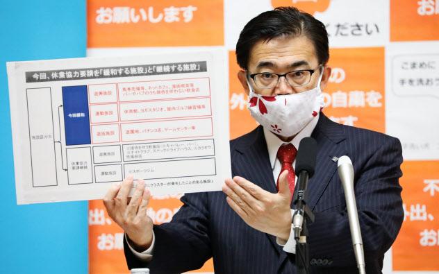 休業要請の緩和について記者会見する愛知県の大村秀章知事(22日、愛知県庁)