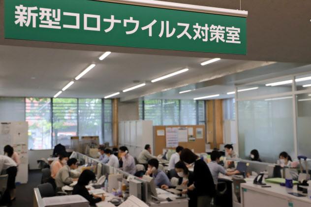 給付金のオンライン申請をチェックする職員(22日、秋田市役所)