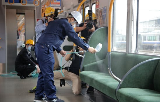 JR西日本は22日、車内の抗菌加工の様子を報道陣に公開した