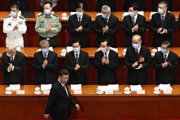 習主席らを除き、ほとんどの出席者はマスク姿だった=AP