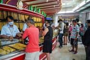 バンコクの金取引店には金製品を売却しようとする人が殺到した(4月15日)=小高顕撮影