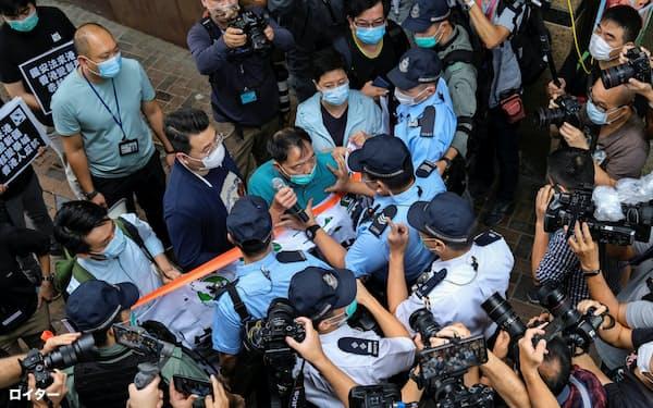 22日、香港の民主派議員が香港国家安全法に抗議した=ロイター