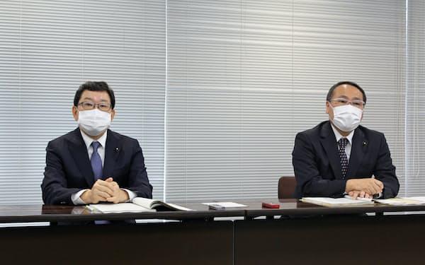 就任後にあいさつする嶋村議長(左)と磯本副議長(22日、県庁)