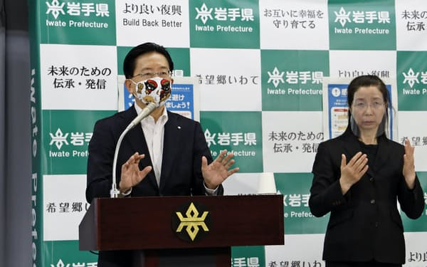 22日、岩手県庁で記者会見する達増知事(左)