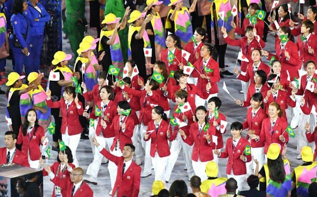 東京五輪開会式の簡素化が検討されている(写真は2016年リオデジャネイロ五輪の開会式で入場行進する選手団)