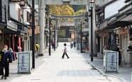 外国人を含め観光客が減った太宰府天満宮の参道(4月8日、福岡県太宰府市)