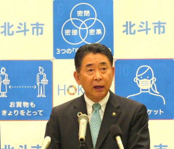 新型コロナ対策で記者会見する北海道北斗市の池田達雄市長