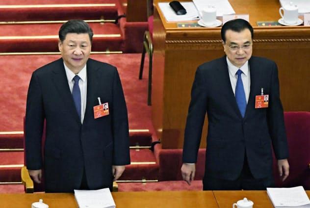 中国全人代の開幕式に臨む習近平国家主席(左)と李克強首相=22日、北京の人民大会堂(共同)