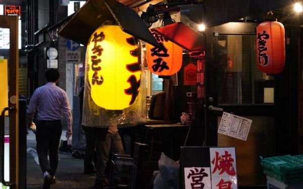 緊急事態宣言が続く中、明かりがともる東京・新橋の飲食店(22日午後6時25分、東京都港区)