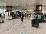 そごう千葉店はソーシャルディスタンスを促すため出入り口などに足型を表示(千葉市)