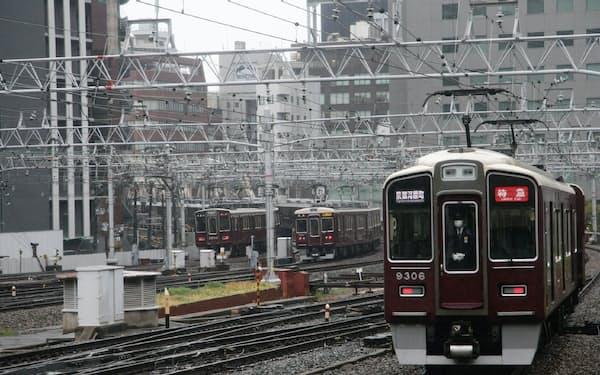 大阪梅田駅を扇の要にして神戸、宝塚、京都を結ぶ阪急電鉄。左から神戸線特急、宝塚線急行、京都線特急(大阪梅田駅)