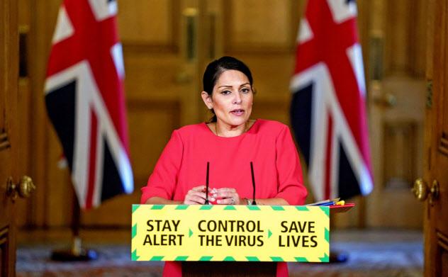英国のパテル内相は「英国民を感染から守るために、国境を越える感染の防止が必要」と語る(ロイター)