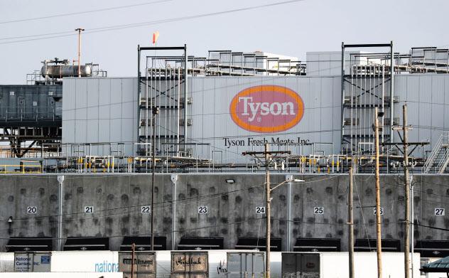 米タイソンの食肉工場(カンザス州)=AP