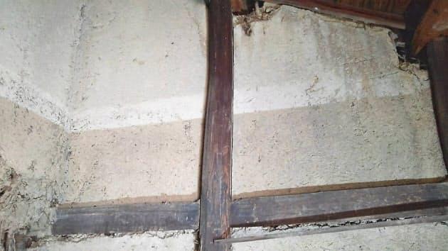 蔵から見つかった水害の痕跡。下の線が2018年7月、上の線が1893年の浸水位置(岡山県倉敷市真備町)