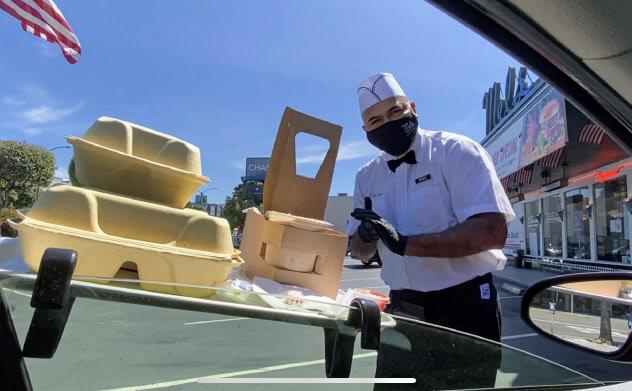 サンフランシスコのレストランでは、車に付けた簡易テーブルに食事を運ぶサービスを始めた(15日)