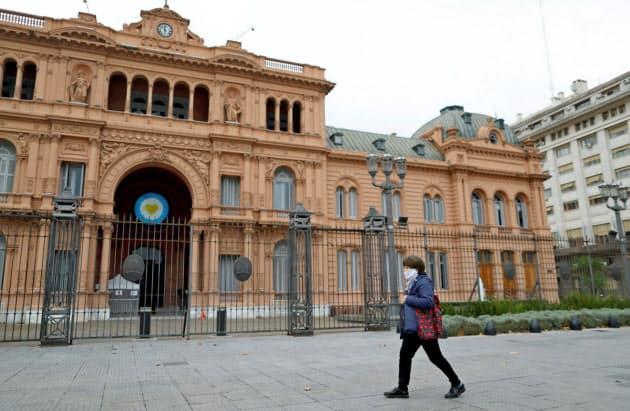 新型コロナ対策で人通りが少ないアルゼンチン大統領府(21日、ブエノスアイレス)=ロイター