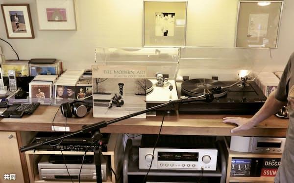 ラジオ番組の収録を行った村上春樹さんの自宅書斎。右端の手は村上さん(TOKYO FM提供)=共同