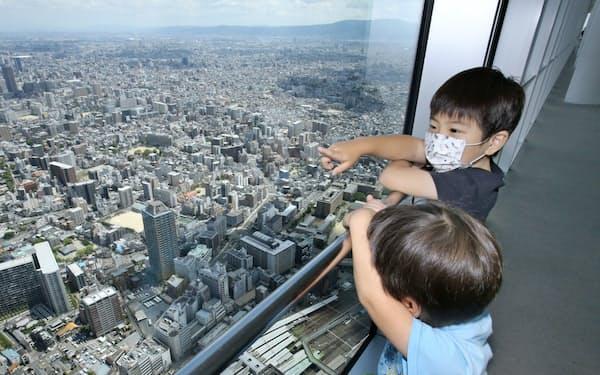 日本一高いビル「あべのハルカス」の展望台から景色を楽しむ子供たち(23日午前、大阪市阿倍野区)