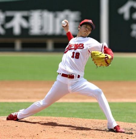実戦形式の練習で、投球する広島・森下(23日、マツダ)=共同