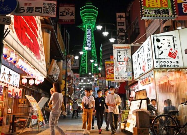 緊急事態宣言が解除され、営業再開した飲食店街を訪れる人たち(23日、大阪市浪速区)