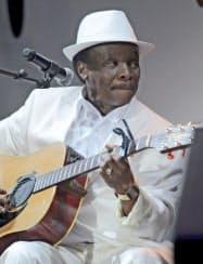 モロッコ・マラケシュでのコンサートで演奏するモリ・カンテ氏(2011年5月)=ロイター共同