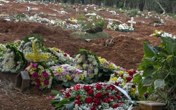 ブラジルでは死者の急増により、公共墓地には真新しい墓が並ぶ(8日、サンパウロ)