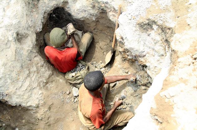 コンゴ民主共和国のコバルト鉱山の労働者(2015年11月)=ロイター