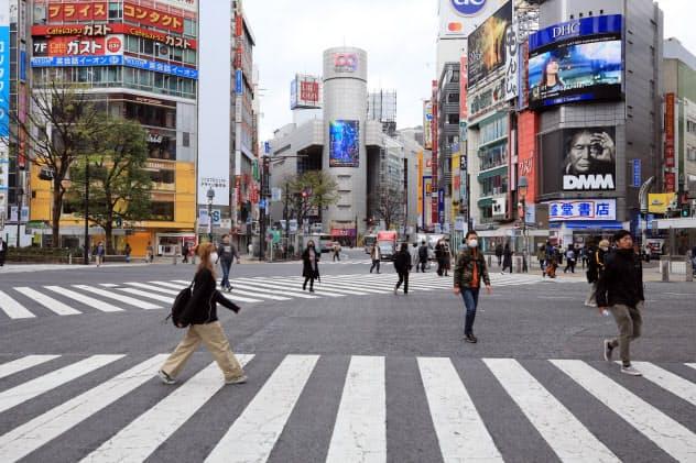 外出自粛で人出が減った東京都渋谷区のスクランブル交差点。飲食や小売りに打撃