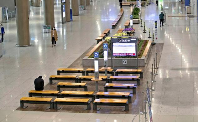 各国の入国制限によってアジア有数のハブ空港、仁川国際空港も人通りはまばら(19日)=聯合・共同