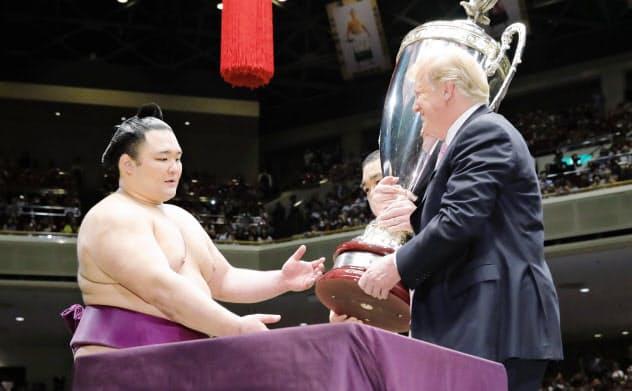 2019年5月、初優勝した大相撲夏場所でトランプ米大統領から表彰される朝乃山(東京・両国国技館)=共同