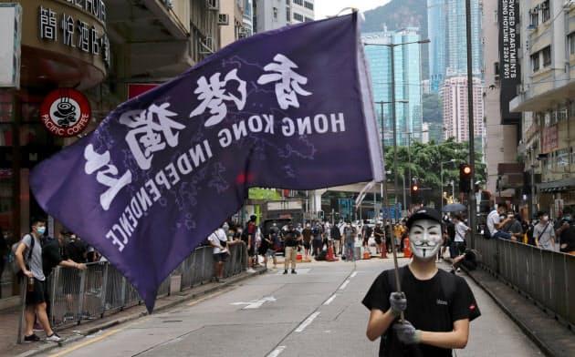 香港では24日、社会統制を強める中国政府の動きに反対する数千人規模のデモがあった=ロイター