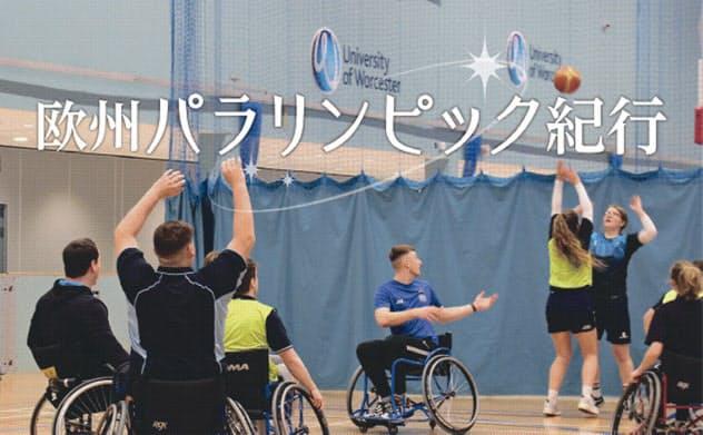 インクルーシブ・ゾーン・バスケットボールの授業。健常者と車いすの人が一緒にプレーを楽しんでいた(英ウースター大学アリーナで)