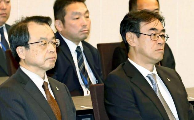 賭けマージャン問題で辞職した東京高検の黒川弘務前検事長(右)。左は26日付で東京高検検事長に就いた林真琴氏(2月、法務省)=共同
