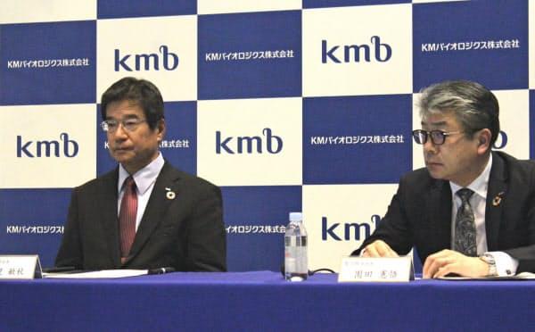 会見するKMバイオロジクスの永里社長(左)と園田憲悟製品開発部長(25日、熊本市)