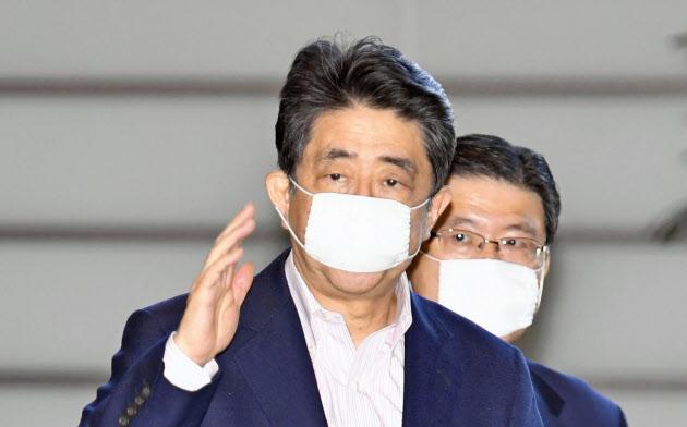首相官邸に入る安倍首相(24日)=共同