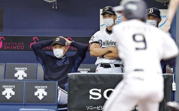 マスク姿で紅白戦を見守るオリックス・西村監督=左(25日、京セラドーム)=共同