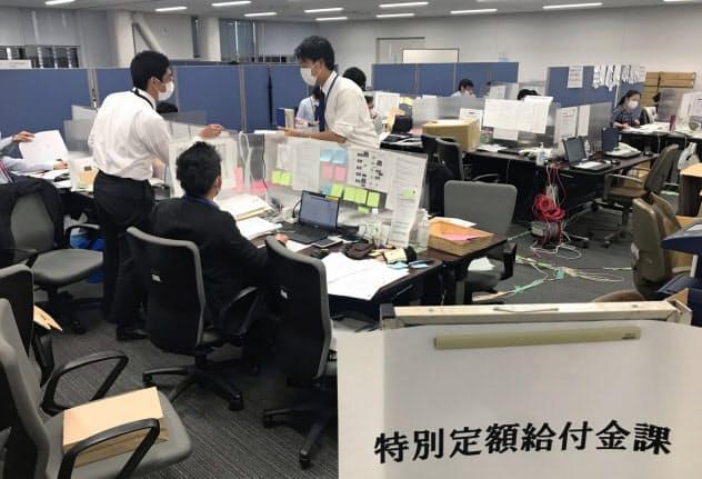 申請書類のチェックに追われる自治体の担当者(5月20日、千葉県市川市)