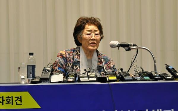 記者会見する元従軍慰安婦の李容洙さん(25日、韓国・大邱)