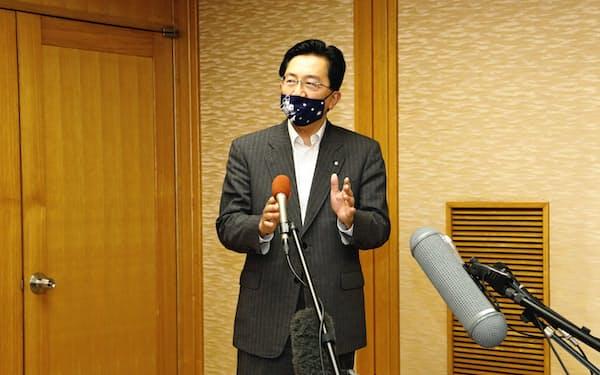 報道陣の質問に答える達増知事(25日、岩手県庁)