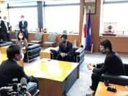 市民団体の代表者らが大井川知事(右)と面会した(25日、茨城県庁)
