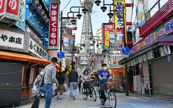 緊急事態宣言が解除された初の週末、飲食店街を行き交う人たち(23日、大阪市浪速区)